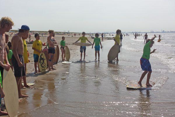 kinderfeest strand skimboarden