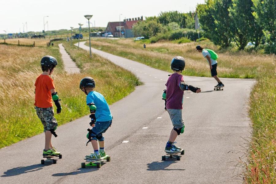 kinderfeest buiten longboarden