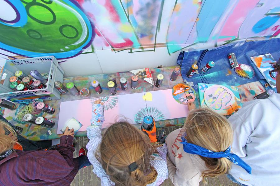kinderfeest buiten graffiti