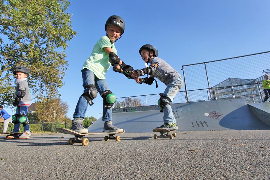 kinderfeest buiten skateboarden